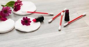 Imagen de los ingredientes hechos en casa de los cosméticos tema del aroma Esponjas del algodón para quitar maquillaje imágenes de archivo libres de regalías