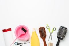 Imagen de los objetos para el peluquero, secador de pelo, peine, tijeras aisladas en el fondo blanco Fotografía de archivo libre de regalías