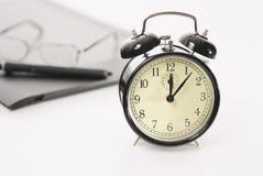 Imagen de los objetos retros del reloj de alarma y del asunto fotos de archivo