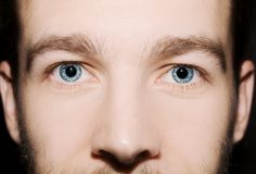 Imagen de los ojos azules del ` s del hombre Fotografía de archivo libre de regalías