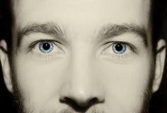 Imagen de los ojos azules del ` s del hombre Imagenes de archivo
