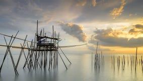 Imagen de los pescadores tradicionales madera y del embarcadero del bambú conocido como Foto de archivo libre de regalías