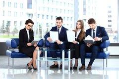 Imagen de los socios comerciales que discuten documentos e ideas Fotografía de archivo