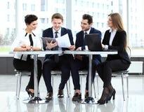 Imagen de los socios comerciales que discuten documentos e ideas Foto de archivo