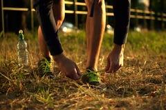 Imagen de los zapatos del corredor en hierba en parque Foto de archivo