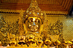 Imagen de Mahamuni Buda en el templo de Mahamuni Buda Foto de archivo libre de regalías