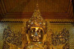 Imagen de Mahamuni Buda en el templo de Mahamuni Buda Imagen de archivo