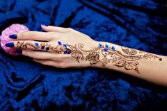 Imagen de Mehendi en la mano de la mujer Imagen de archivo