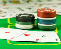 Imagen de microprocesadores y de tarjetas para jugar el primer del póker Imágenes de archivo libres de regalías