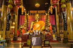 Imagen de oro de Buda del estilo chino en templo budista chino Fotos de archivo libres de regalías
