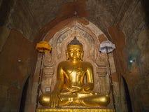Imagen de oro de Buda dentro de la pagoda de Htilominlo Fotografía de archivo libre de regalías