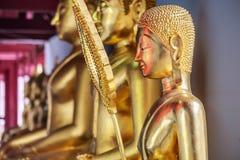 Imagen de oro de los buddhas en un templo tailandés Imagen de archivo libre de regalías