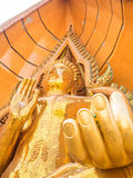 Imagen de oro grande de Buda en Wat Tham Suea, Kanchanaburi, Tailandia imagen de archivo libre de regalías