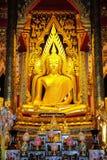 Imagen de oro hermosa de Buda en iglesia budista Fotos de archivo libres de regalías