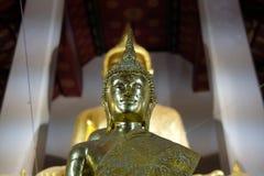 imagen de oro de la estatua de Buda en templo asiático foto de archivo libre de regalías