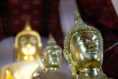 imagen de oro de la estatua de Buda en templo asiático fotos de archivo