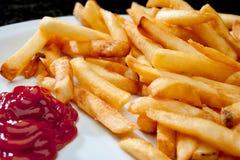Imagen de patatas fritas con la salsa de tomate Imágenes de archivo libres de regalías