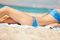 Imagen de piernas y del bikini femeninos foto de archivo libre de regalías