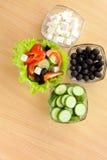 Imagen de placas con las verduras y la ensalada griega Imagenes de archivo