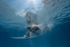 Imagen de practicar surf una onda Bajo imagen del agua Imágenes de archivo libres de regalías