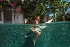 Imagen de practicar surf una onda Bajo imagen del agua Fotos de archivo