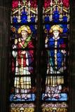 Imagen de santos cristianos en el vitral en la iglesia Foto de archivo