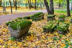 Imagen de sepulcros viejos en la yarda de la iglesia de la iglesia de la decapitación de San Juan Bautista en Dyakovo, Kolomensko Fotografía de archivo