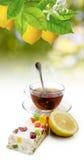 Imagen de tazas con té y galletas en el primer del fondo de la luz del sol Foto de archivo libre de regalías