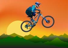 Imagen de un ciclista en un fondo de montañas y de la tarde Imágenes de archivo libres de regalías