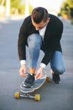 Imagen de un hombre con el longboard que va en el camino Imagen de archivo