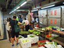 Imagen de un mercado de la comida dentro de un edificio cerca de la central del camino de Lok Ku Road/de la reina en Hong imagenes de archivo
