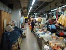Imagen de un mercado de la comida dentro de un edificio cerca de la central del camino de Lok Ku Road/de la reina en Hong fotografía de archivo libre de regalías