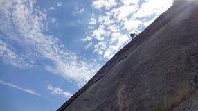 Imagen de un muchacho del escalador de roca fotos de archivo