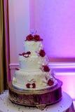 Imagen de un pastel de bodas hermoso en la recepción nupcial foto de archivo