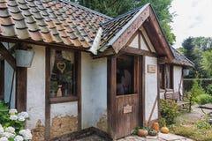 Imagen de una cabaña en el jardín inglés del parque Mondo Verde Imagenes de archivo