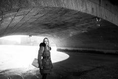 Imagen de una muchacha contra un fondo de la nieve Imagenes de archivo