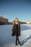 Imagen de una muchacha contra un fondo de la nieve Fotografía de archivo libre de regalías