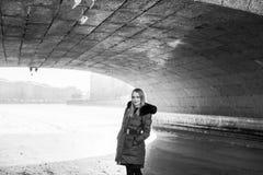 Imagen de una muchacha contra un fondo de la nieve Foto de archivo libre de regalías