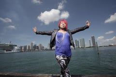 Imagen de una mujer con los brazos outstretched Fotos de archivo libres de regalías