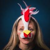 Imagen de una mujer en traje del polluelo con mirada triste SENTIMIENTOS ENCONTRADOS imagenes de archivo