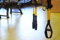 Imagen de una suspensión del trx en primer dentro de un gimnasio imagen de archivo
