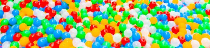 Imagen Defocused abstraiga el fondo Bolas plásticas coloridas imagenes de archivo