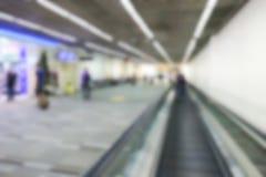 Imagen defocused borrosa del pasajero en el terminal de aeropuerto Imagen de archivo