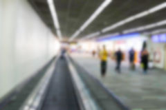 Imagen defocused borrosa del pasajero en el terminal de aeropuerto Imágenes de archivo libres de regalías