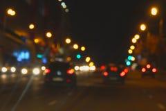 Imagen Defocused del tráfico de la noche en la ciudad fotografía de archivo