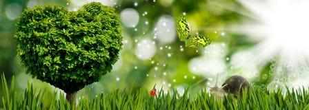 imagen del árbol en la forma del corazón como símbolo del amor y dedicación, árbol, mariposa y caracol en el primer del jardín libre illustration