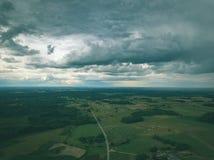 imagen del abejón vista aérea de la zona rural con las casas y el und de los caminos Foto de archivo
