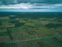 imagen del abejón vista aérea de la zona rural con las casas y el und de los caminos Imagen de archivo