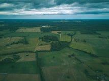 imagen del abejón vista aérea de la zona rural con las casas y el und de los caminos Imagen de archivo libre de regalías