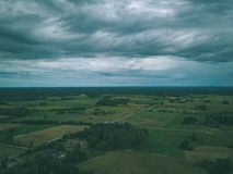 imagen del abejón vista aérea de la zona rural con las casas y el und de los caminos Imágenes de archivo libres de regalías